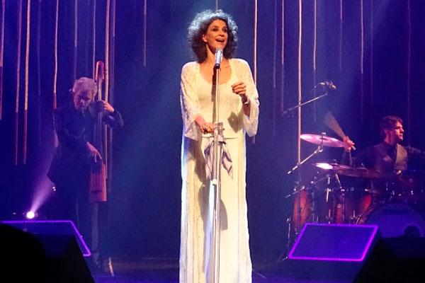 A cantora Simone apresenta show em que interpreta apenas composições de Ivan Lins, músico do qual gravou muitos clássicos de seu repertório desde a década de 1970 até os dias de hoje. Um tributo em grande estilo