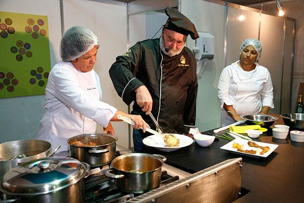 Tadeu Lubambo em diferentes épocas dos festivais gastronômicos, eventos nos quais o chef ajudou a difundir a cozinha regional
