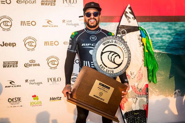 Ítalo Ferreira mostra o troféu conquistado na praia de Peniche