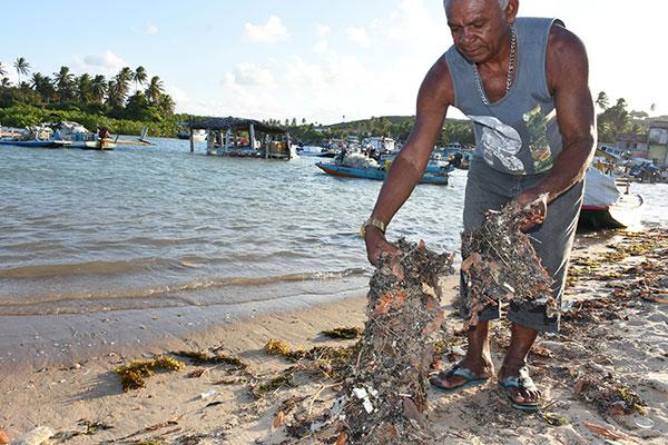 No litoral norte do Estado, em Maxaranguape, os resíduos de petróleo se juntaram ao lixo da praia, como mostra o pescador local