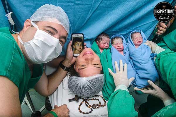 Em março de 2019 fotografou os primeiros trigêmeos – e a cena, com o primogênito no celular, é uma dos fotos premiadas