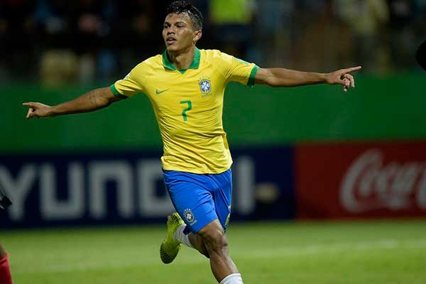 Gabriel Veron corre para comemorar seu gol contra os angolanos