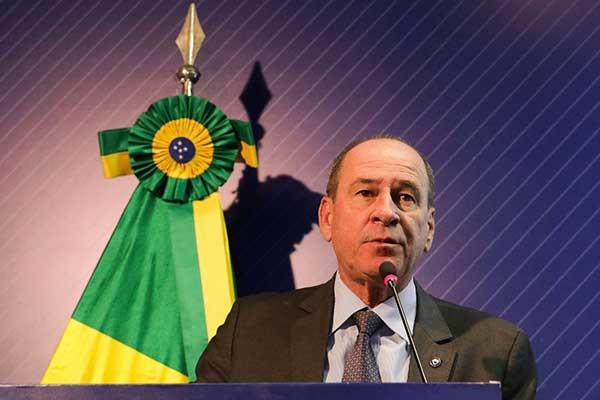 """Ministro da Defesa, Fernando Azevedo e Silva, disse não saber a quantidade de óleo """"que virá"""""""