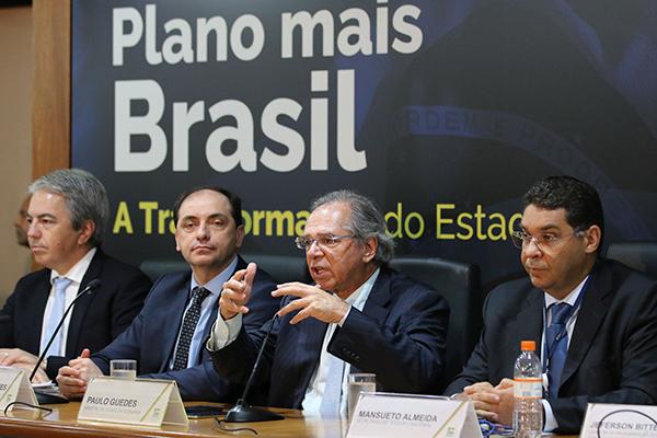 Ministro Paulo Guedes (segunda da direita para a esquerda) defende a extinção de municípios