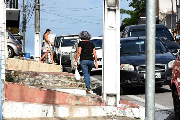 Na avenida Mário Negócio as barreiras arquitetônicas, como desníveis e pavimentação ruim, são impedimento para pedestres