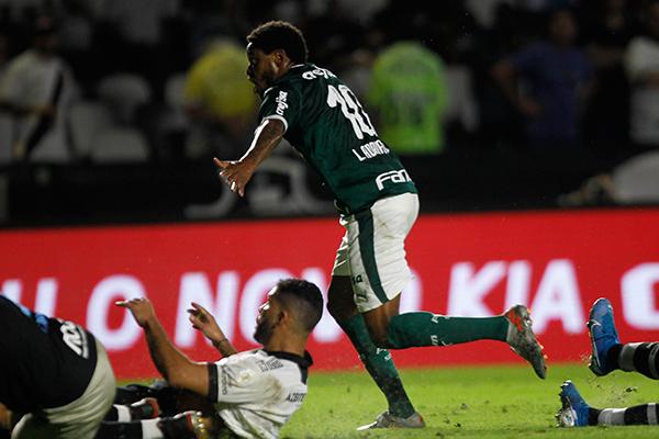 Depois de desperdiçar algumas chances, Luiz Adriano marcou o gol da vitória palmeirense no Rio