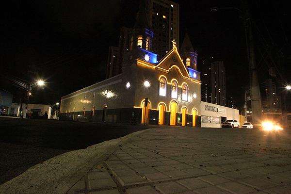 Igreja do Bom Jesus das Dores, no bairro histórico da Ribeira, ganha iluminação natalina e chama a atenção para sua história