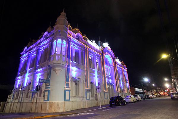 Palácio Felipe Camarão, sede da Prefeitura, já está iluminado para o aniversário da cidade