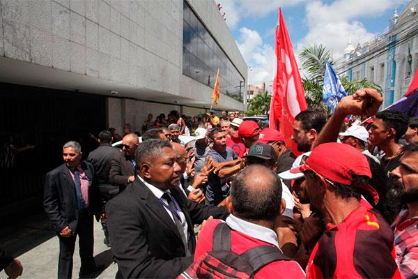 Grupo faz manifestação no entorno da Assembleia contra Rogério Marinho