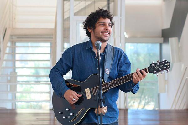 Arthur Soares também volta ao palco em show de lançamento do projeto Em Transe, que consiste na filmagem de vários clipes gravados na Vila Maria Zélia, em SP
