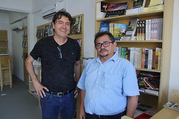 Ao lado do diretor da Fundação José Augusto, Crispiniano Neto, o livreiro aluísio Azevedo, ex-Nobel, vai gerenciar o espaço