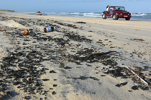 Praia da Redinha, em Natal, foi uma das atingidas por óleo cru