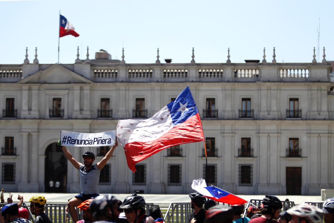 Manifestantes pedem reforma na Constituição chilena e saída do presidente Piñera