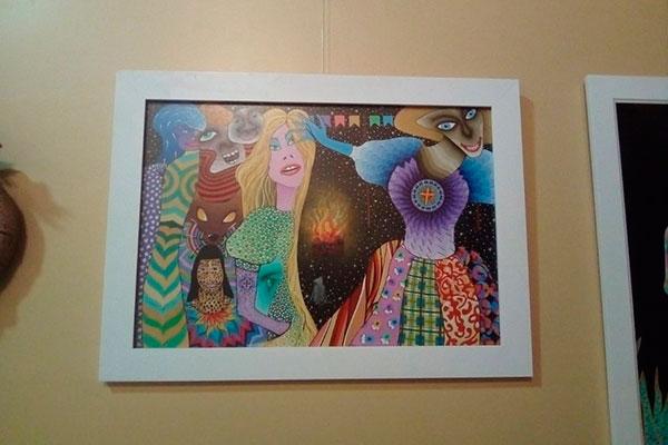 Antônio Buca acompanha montagem de sua exposição composta de 25 obras, com variedade de técnicas adquiridas em sua formação pelo mundo. São desenhos e pinturas com referências nordestinas