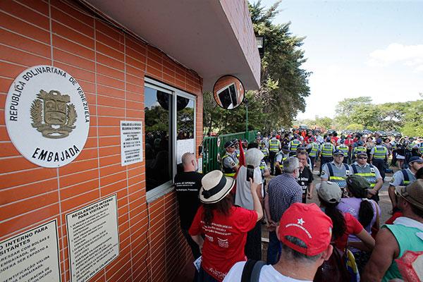 Manifestantes ficam diante da portaria da embaixada da Venezuela em Brasília