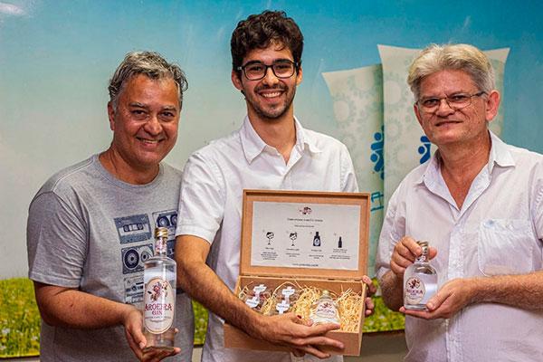 Carlos Sérgio, Rodrigo Calazans e Ewerton Batista combinam experiências na criação do gin potiguar