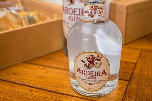 Aroeira Gin sai em garrafas de 400ml e 750ml, à venda por encomenda ou nos restaurantes de Gostoso