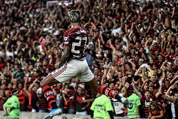 Rei dos clássicos, Bruno Henrique marcou mais dois gols, mas não conseguiu levar o time a vitória
