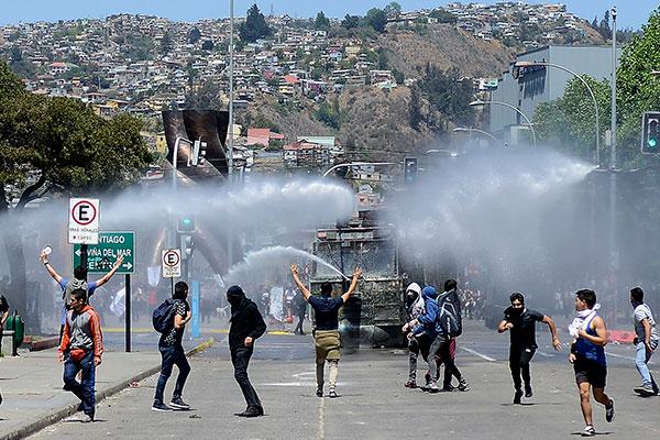 Manifestantes entram em conflito com a polícias no Chile, onde está em discussão uma Constituinte