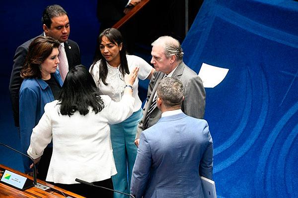 Senadores conversam sobre a votação da PEC Paralela em plenário