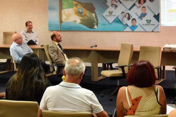 Representantes do Executivo se reuniram com servidores nesta terça-feira