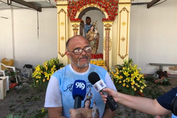 Flávio Tacito decora voluntariamente o andor de Nossa Senhora da Apresentação para demonstrar devoção