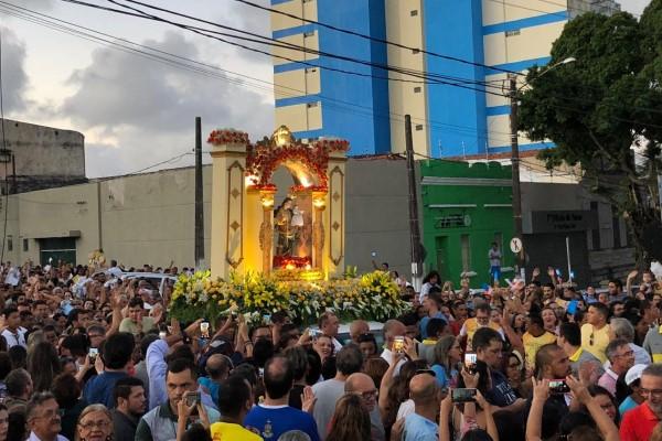 Centro de Natal é tomado por fiéis em procissão com imagem de Nossa Senhora da Apresentação