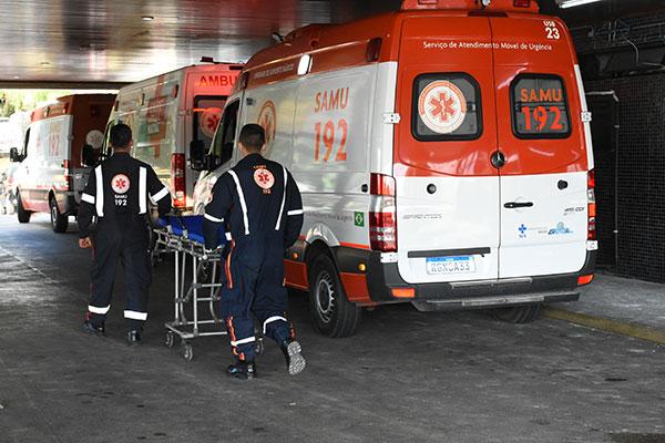 As ambulâncias chegam a ficar retidas por conta da alta ocupação de leitos