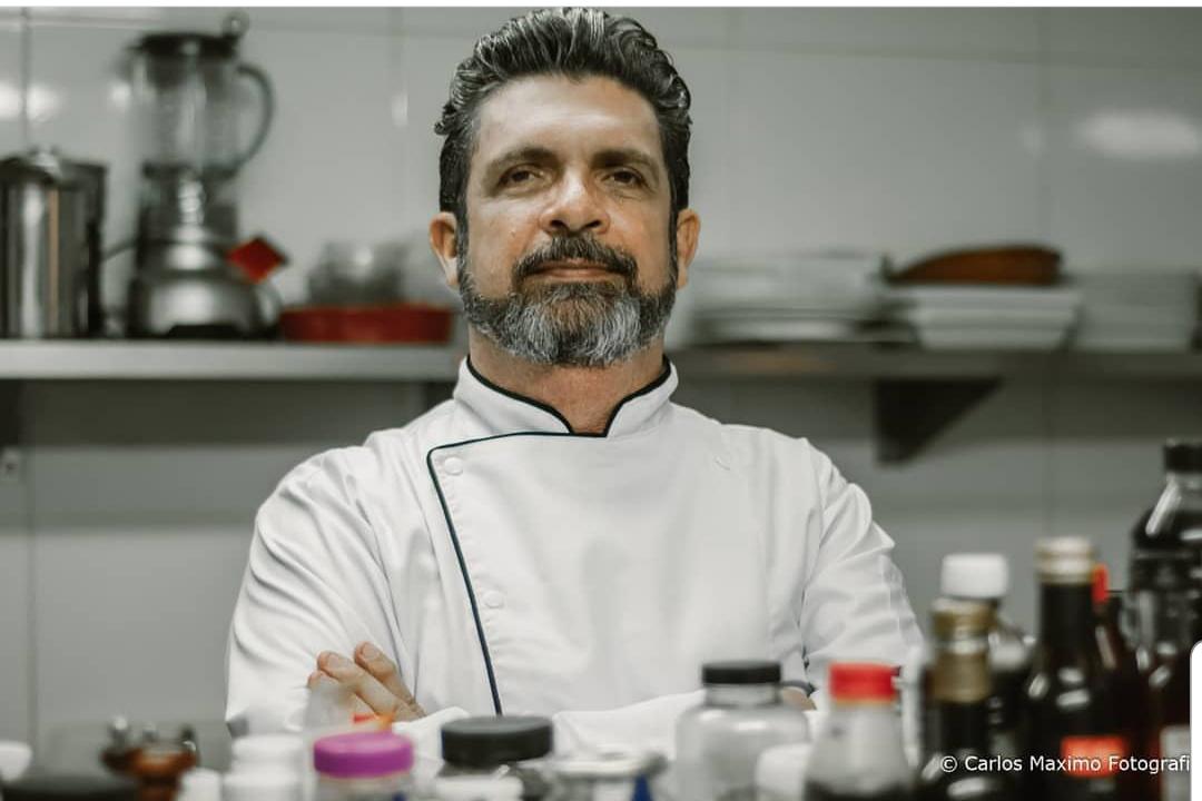 """""""É um lugar que estimula a convivência"""", conta Haroldo Varela, conhecido por receber clientes sob reserva em na Casa Haroldo"""
