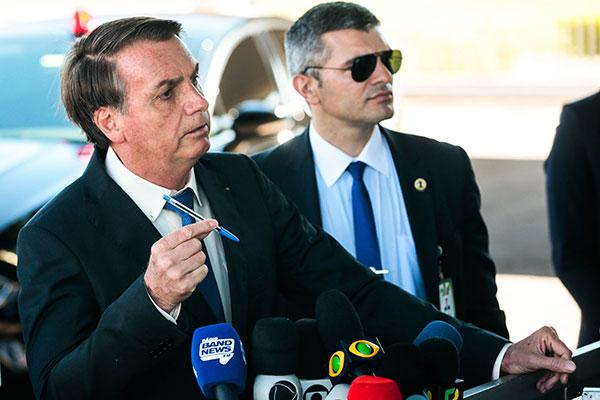 Presidente Jair Bolsonaro afirma que há suspeitas contra organizações não governamentais
