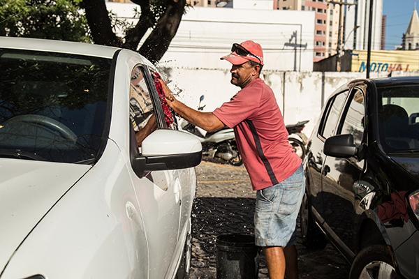 Sem acesso ao mercado formal de trabalho, milhares de pessoas se dedicam às atividades informais no País como sobrevivência