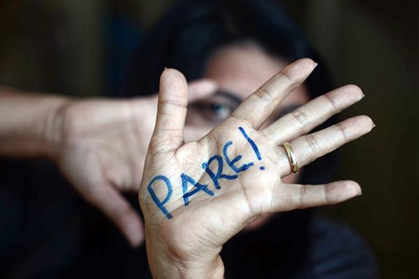 Alexsandra Cândido, 44, passou 14 anos vivendo sob violência dentro do casamento. No início, como ela conta, eram agressões verbais até que foi esfaqueada