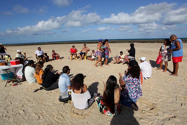 Grupo confraternizou na tarde desta segunda-feira na Praia do Meio, sendo uma forma de socialização dos pacientes do projeto com familiares e integrantes de apoio