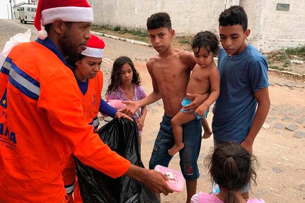 Aldair da Silva, gari, iniciou o projeto de forma espontânea e hoje conta com a ajuda de outros colegas de trabalho