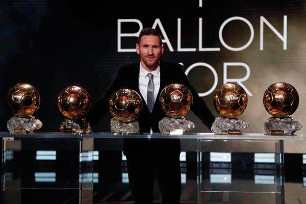O argentino Lionel Messi posa com suas seis Bolas de Ouro entregues pela revista France Football ao melhor do ano na modalidade