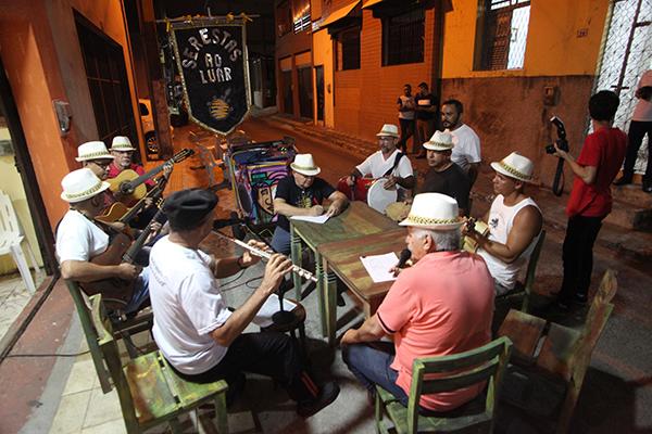 O grupo Serestas ao Luar é conhecido por sair às ruas da Cidade Alta tocando clássicos seresteiros