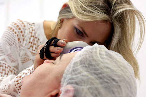 O exame de prevenção ao câncer de pele é realizado pelo olhar clinico do dermatologista e através da dermatoscopia