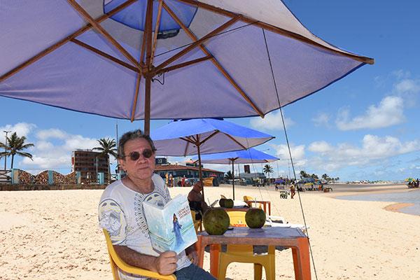 """Os personagens da Praia do Meio ilustram histórias do livro """"Crônicas da Praia do Meio"""""""