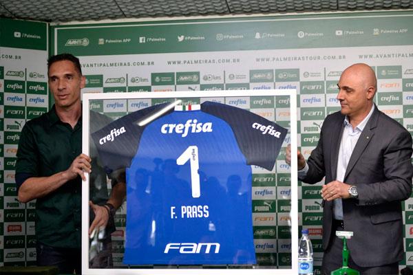 Fernando Prass em sua despedida; goleiro hoje defende o Ceará