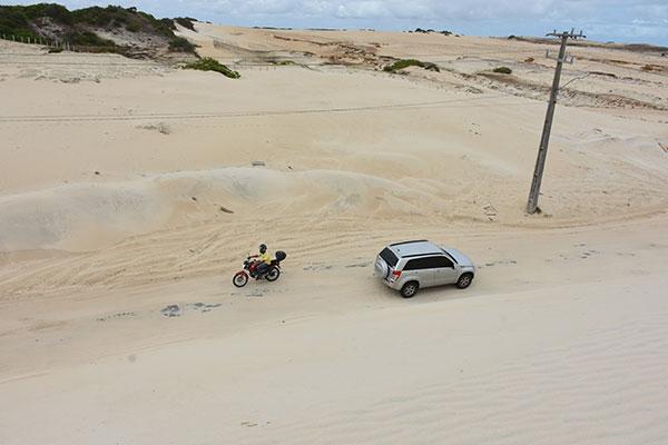 Em cerca de 300 metros a pista da RN-305 está totalmente tomada pela areia da duna