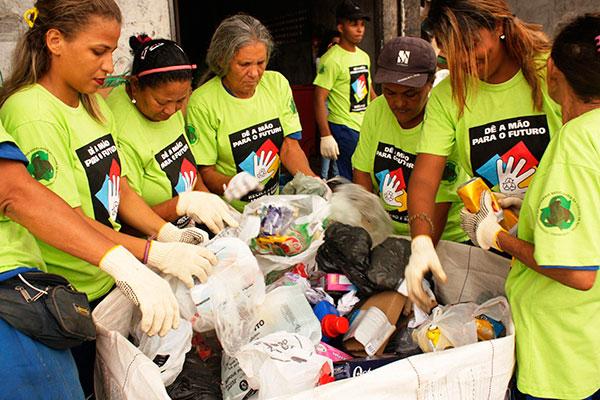 Para contar com a ajuda da população um trabalho voluntário é desenvolvido de porta em porta em bairros da cidade