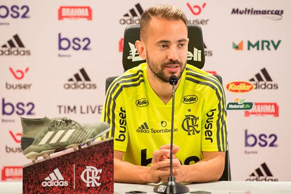 Meio-campista Everton Ribeiro prefere não antecipar confronto com ingleses e pensa na estreia