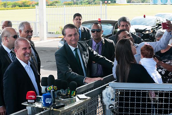 Jair Bolsonaro conversa com apoiadores e jornalistas ao sair do Palácio do Planalto