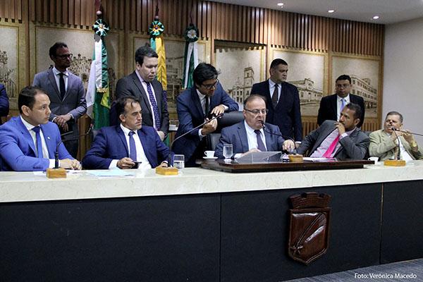 Vereadores de Natal apreciam o projeto de lei que oficializa, no orçamento do município, o valor do repassa do governo federal