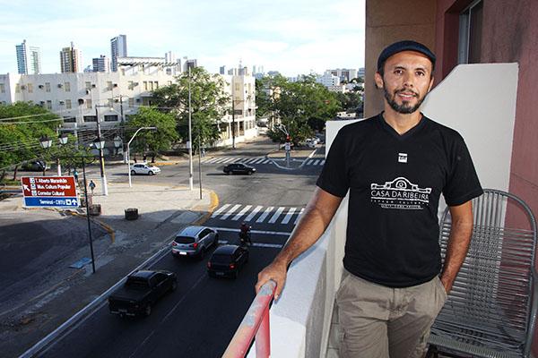 """Diretor da Casa da Ribeira e integrante do grupo Carmin, Henrique Fontes diz que plataforma digital ajudou ao teatro: """"a maior parte das vendas é online"""""""