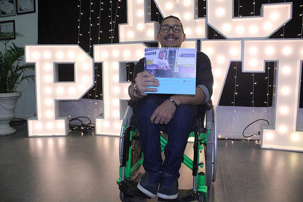 Busólogo Emanuel Messias representa o mês da acessibilidade no Calendário Seturn/NatalCard 2020