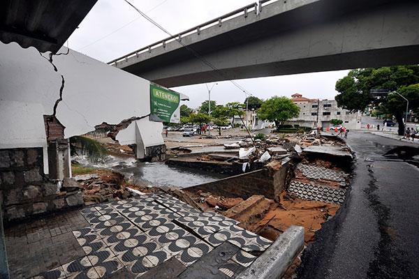 No Viaduto do Baldo o canal transbordou e os estragos foram grandes: muro e poste da Cosern caíram, e calçada foi arrancada