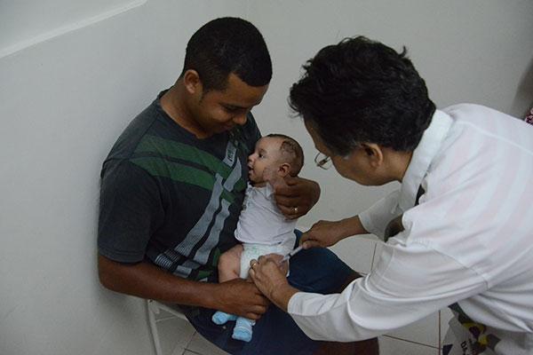 Crianças devem tomar as doses aos dois, quatro e seis meses de vida. As que tiverem mais de sete anos não podem ser vacinadas