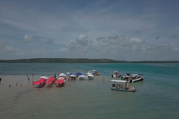 De águas límpidas e bancos de areia, a lagoa de Guaraíras é um convite ao mergulho tranquilo e passeio de barco