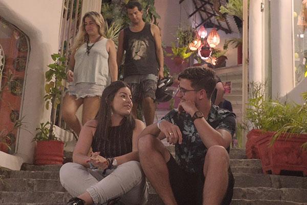No primeiro episódio da websérie, o casal de noivos Lucas Crispin e Caroline Corcelli chegam à  Lagoa de Guaraíras e se divertem nas ruas agitadas da Pipa